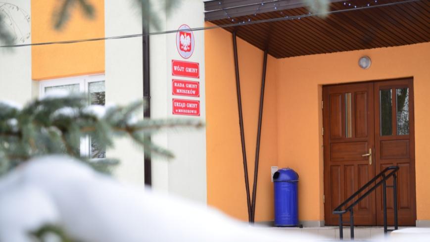 Zdjęcie wejścia do urzędu gminy od strony wschodniej
